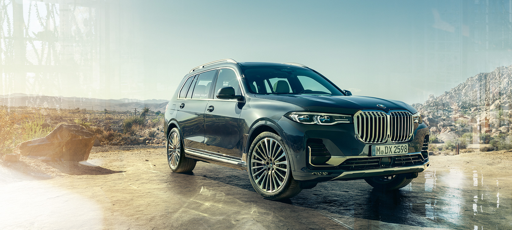 BMW X7 SUV in Arctic Grey, standing in front of desert, three-quarter front view, G07 2019