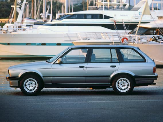 A whole new way to combine driving pleasure with functionality: The first BMW 3 Series Touring presented itself in 1988 as an athletic, agile and optically attractive alternative to the other representatives in its class.