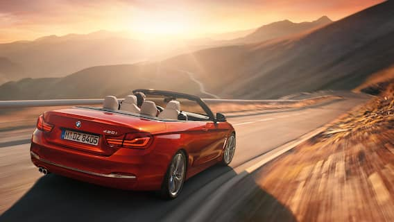 The retractable hardtop combines the sun-loving freedom of a convertible with the advantages of a hard, winter-ready roof. It opens and closes quickly – even at speeds of up to 18 km/h.